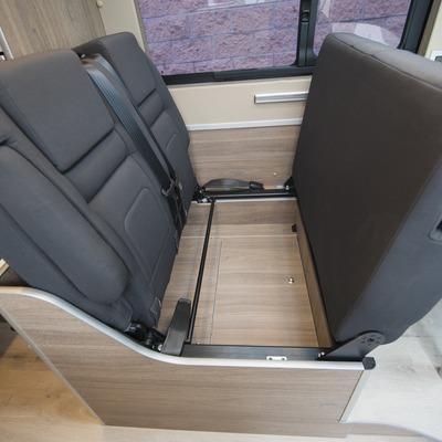 furgoneta_camper_mesa_asientos